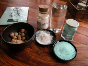 Galläpfel, Gummi arabicum und Eisenvitriol für Eisengallustinte